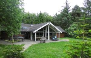 Aktivitetshus Marielyst, hus omringet af træer