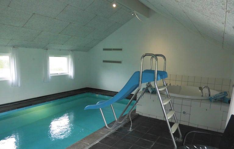 Poolhus og aktivitetshus Marielyst, rustje bane i indendørs pool