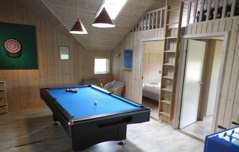 Poolhus og aktivitetshus Marielyst, billard bord i midten af rummet