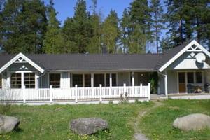 Luksus sommerhus Sverige, hvidt hus med sort tag