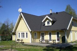 Stort poolhus Sverige, lysgult hus