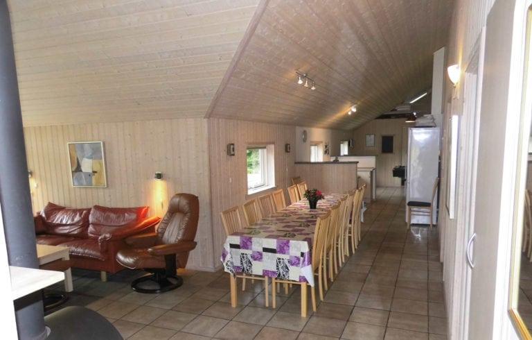 Stort aktivitetshus Marielyst, spisebord i stuen